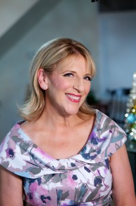 "Lisa Lampanelli is all smiles on HGTV's ""Celebrity Holiday Homes"""